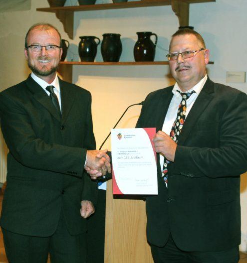Die Jubiläumsurkunde des Hauptvereins überreicht der stellvertretende Gauobmann Frank Schröter (re.) an Vorsitzenden Ulrich Gommel (Foto: Kollros)